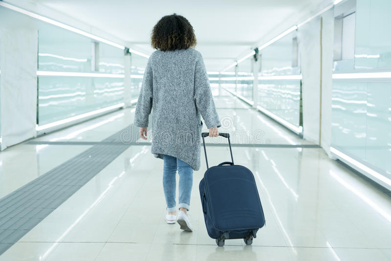 Hållande bagage för svart kvinna som är klart att lämna royaltyfri bild