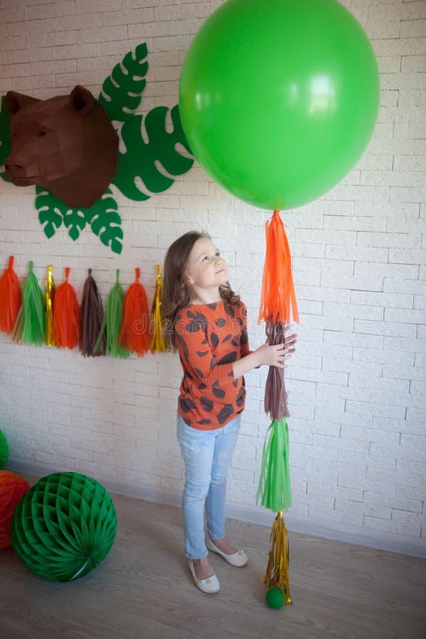 Hållande ballong för flicka arkivbild