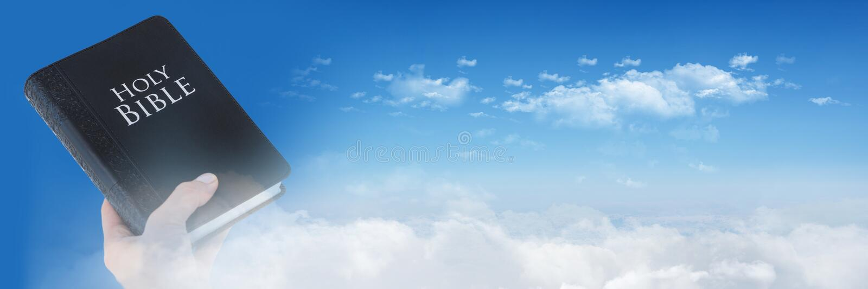 Hållande bibel- och himmelövergång för hand arkivbilder