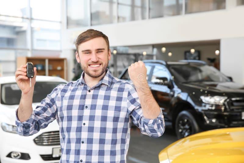 Hållande biltangent för ung man royaltyfria foton