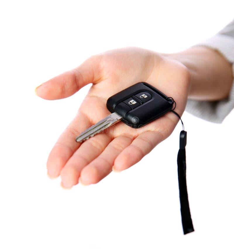 Hållande biltangenter för kvinnlig hand arkivfoto