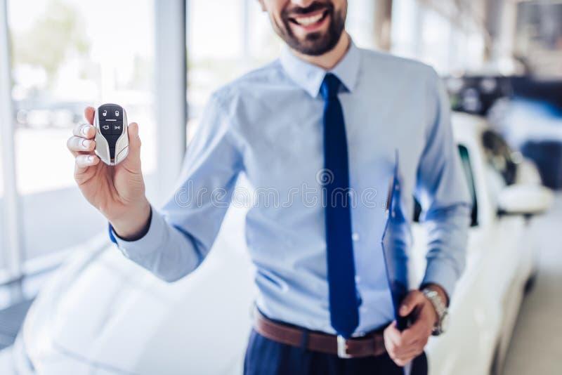 Hållande biltangenter för representant royaltyfri foto