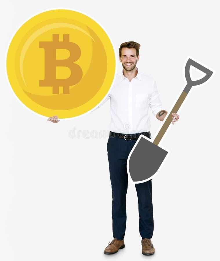 Hållande bitcoincryptocurrency för affärsman och bryta begreppssymboler arkivfoto