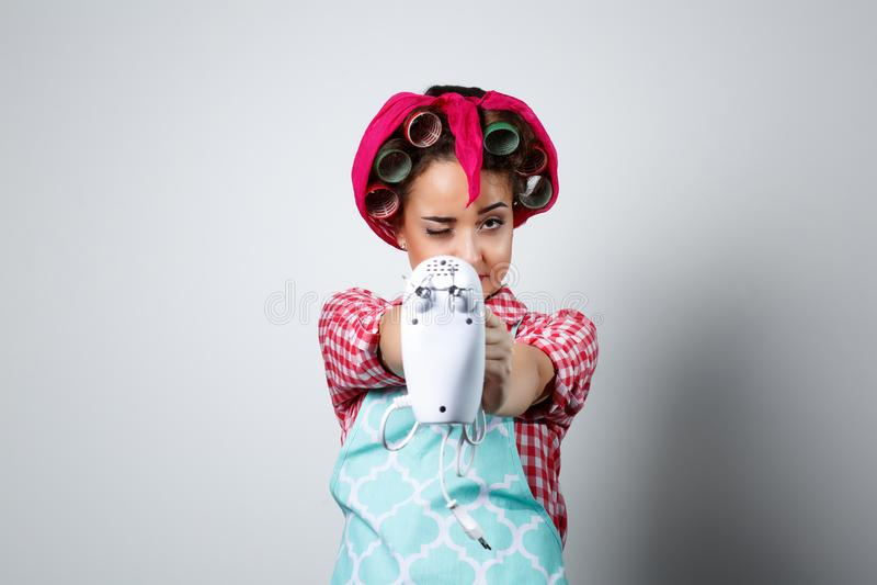 Hållande blandare för ung härlig flicka royaltyfri bild