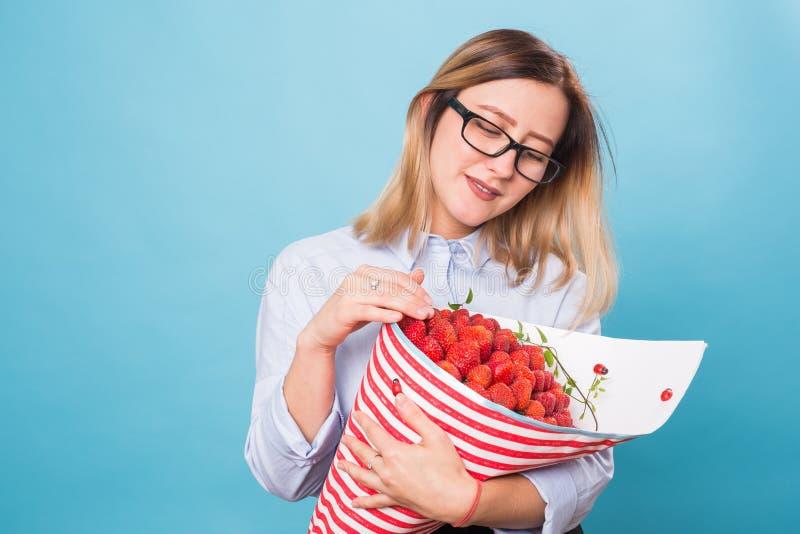 Hållande bukett för härlig kvinna som göras av jordgubben arkivfoton