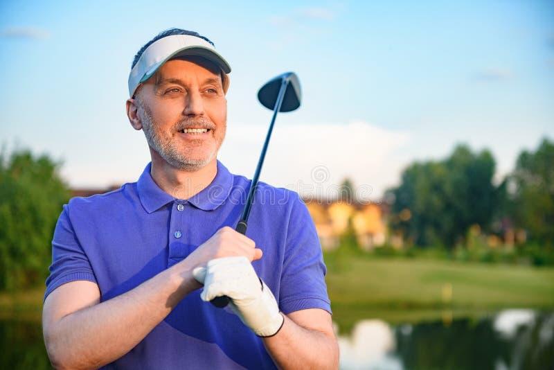 Hållande chaufför för golfspelare royaltyfri foto