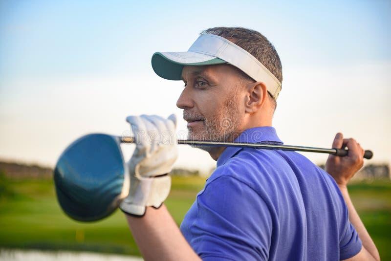 Hållande chaufför för golfspelare royaltyfri bild