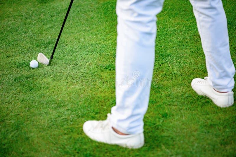 Hållande clud för golfspelare arkivbild