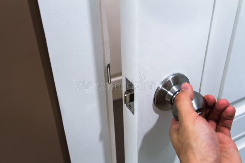 Hållande dörrknopp för hand royaltyfri bild