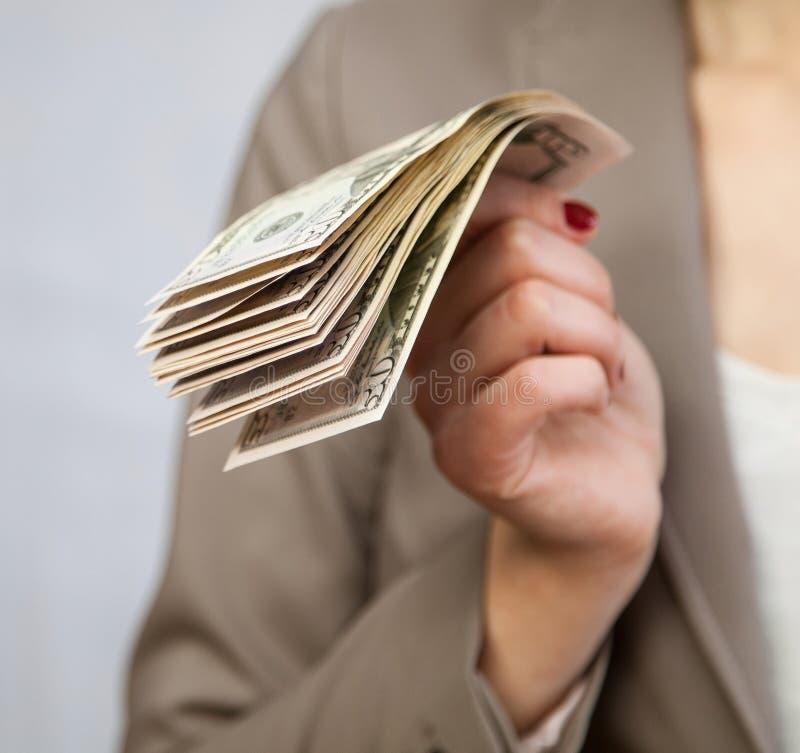 Hållande dollar för oigenkännlig affärskvinna arkivfoton