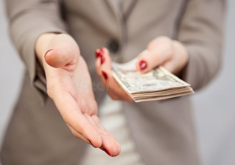 Hållande dollar för oigenkännlig affärskvinna royaltyfri foto
