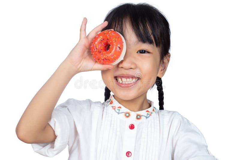 Hållande Donuts för asiatisk liten kinesisk flicka royaltyfria foton