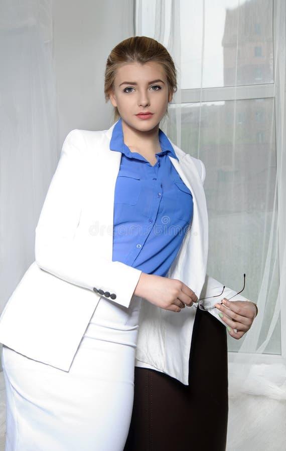 Hållande exponeringsglas för affärskvinna i hennes händer arkivbilder