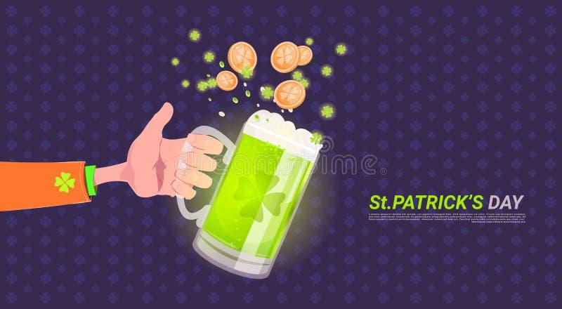 Hållande exponeringsglas för hand av öl över lycklig dagbakgrund för St Patricks stock illustrationer