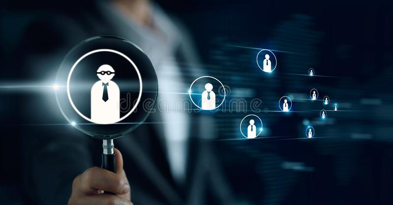 Hållande förstoringsglas för affärsman som söker för anställda arkivfoto
