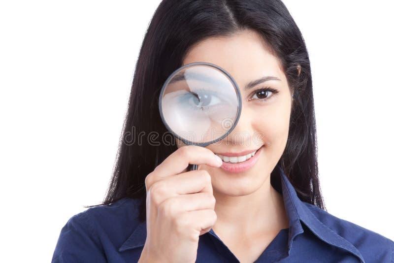 Hållande förstoringsglas för kvinna royaltyfria foton