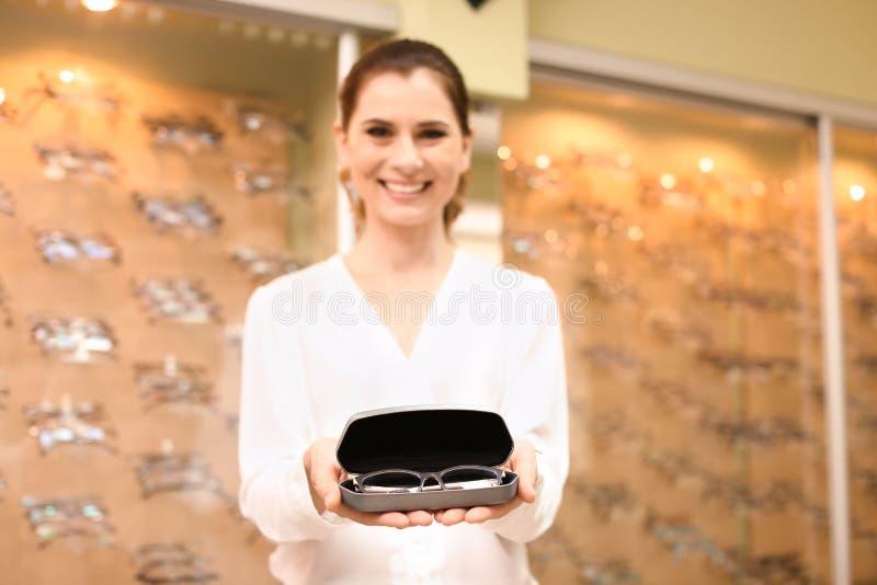 Hållande fall för kvinnlig ögonläkare med exponeringsglas royaltyfria bilder
