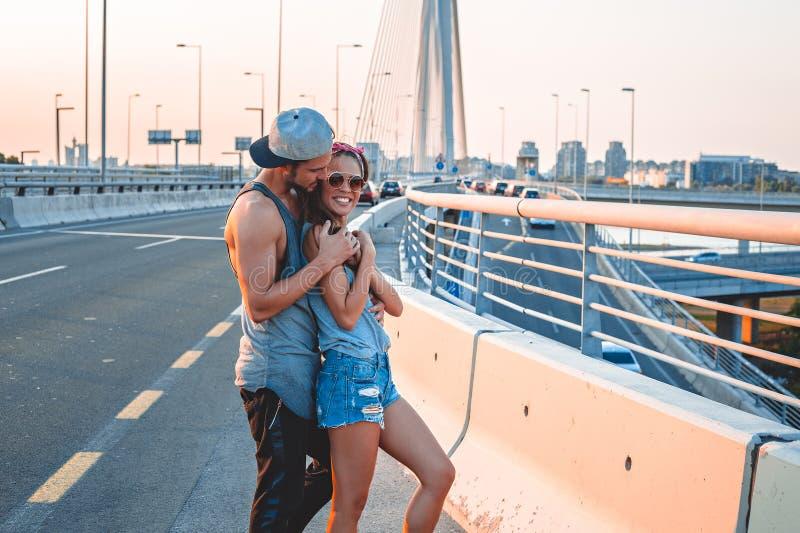 Hållande flickvän för pojkvän på gatan royaltyfri foto