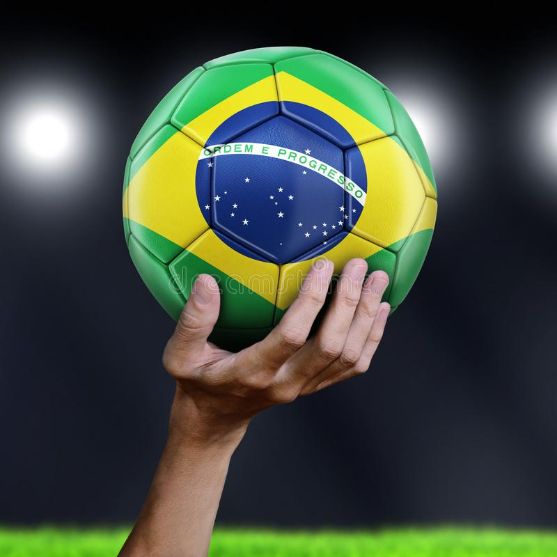 Hållande fotbollboll för man med den brasilianska flaggan royaltyfri fotografi