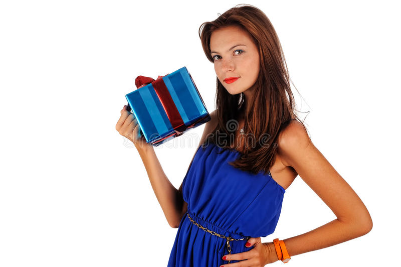 Hållande gåva för ung attraktiv kvinnastående arkivbild