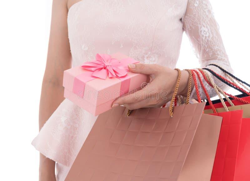 Hållande gåvaask för kvinna och shoppingpåse som isoleras på vit backgr arkivbild