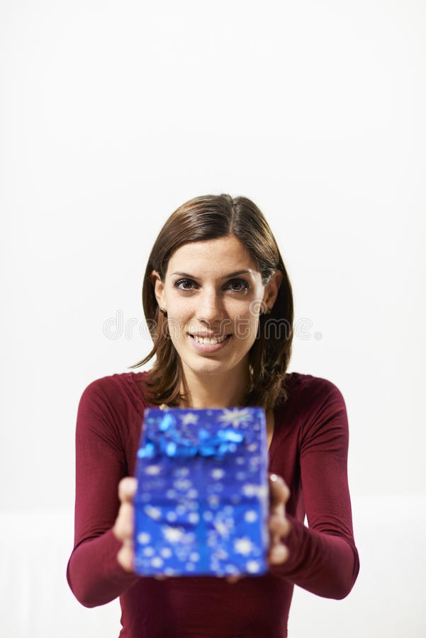 Hållande gåvaask för lycklig flicka till kameran arkivbild