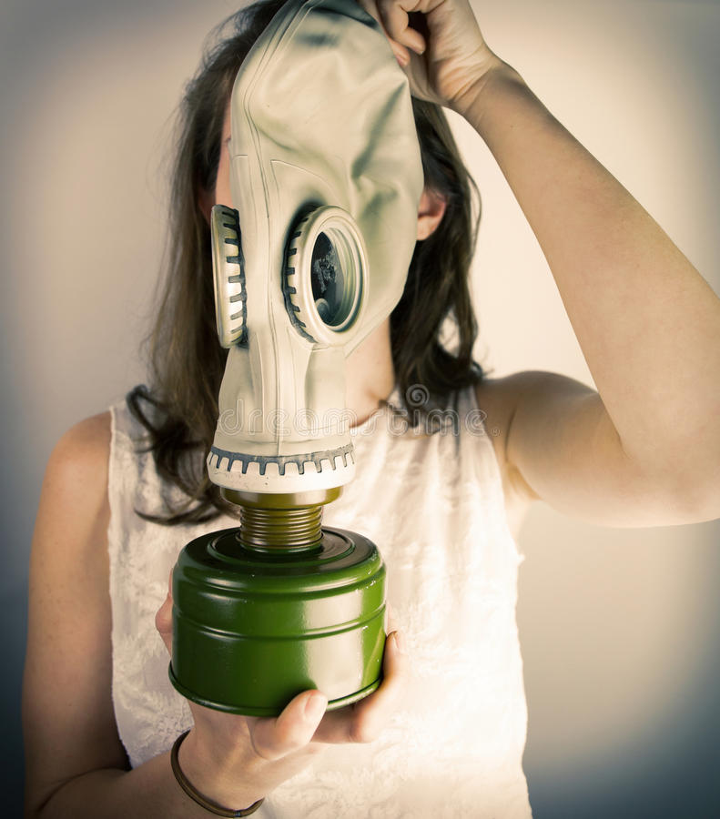 Hållande gasmask för kvinna royaltyfria bilder