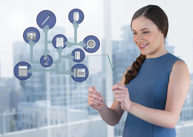 Hållande glass skärm för affärskvinna med affärssymboler royaltyfri foto