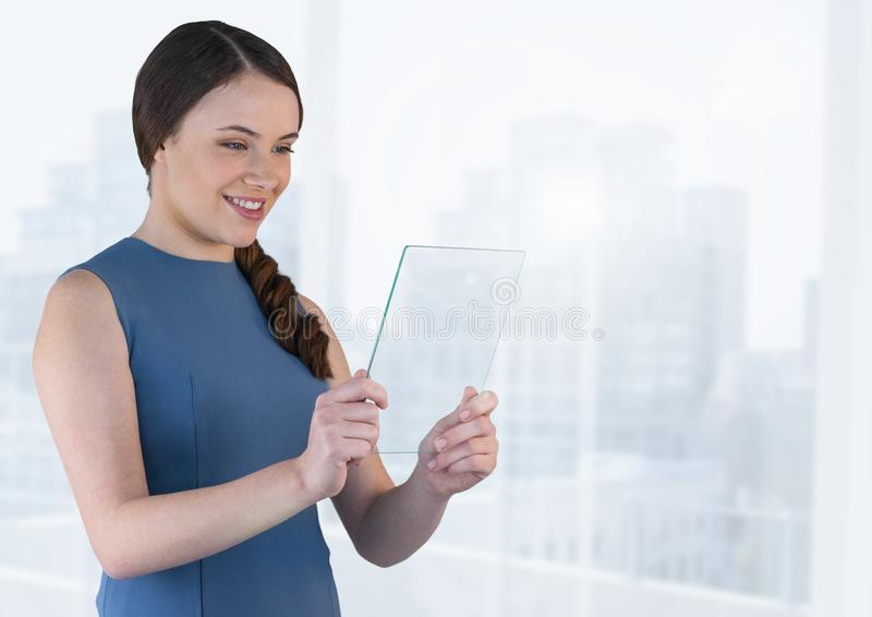 Hållande glass skärm för affärskvinna med ljus bakgrund royaltyfria bilder