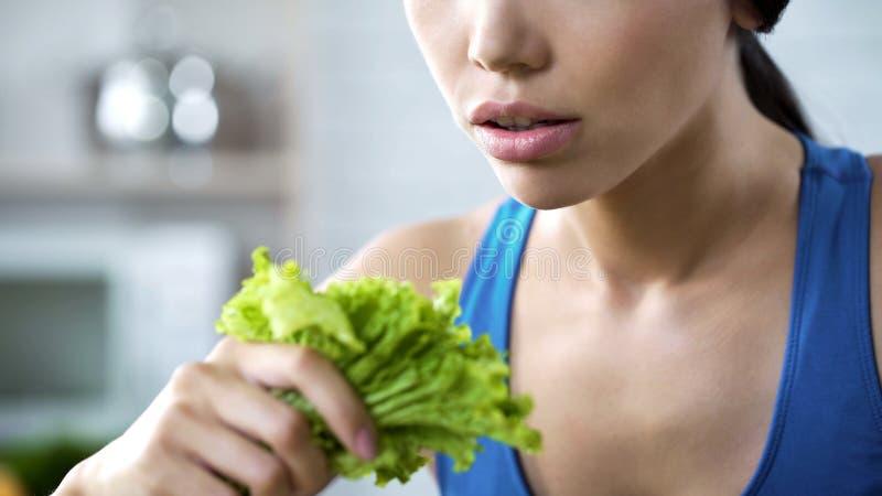 Hållande grönsallatsallad för vegetarisk kvinna i handen, sunda ätarekommendationer arkivbilder
