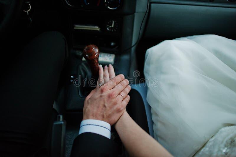 Hållande hand på kugghjulet royaltyfri fotografi