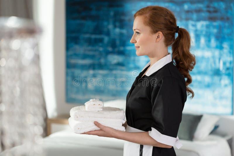 Hållande handdukar för yrkesmässig husa arkivfoto