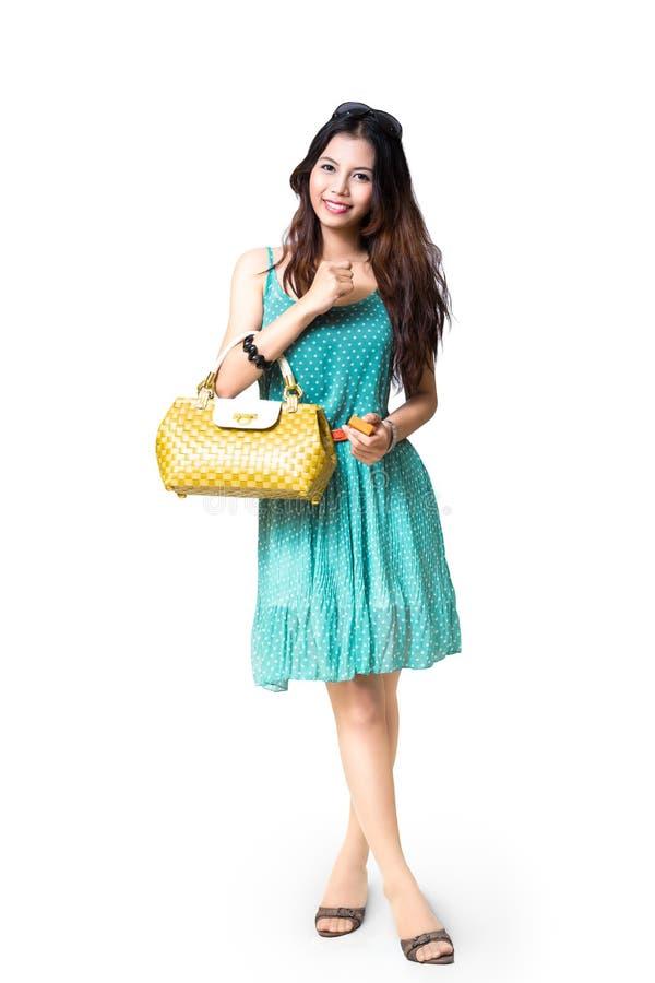 Hållande handväska för ung asiatisk kvinna royaltyfria bilder
