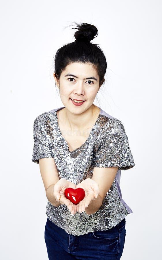 Hållande hjärta för kvinna arkivfoton