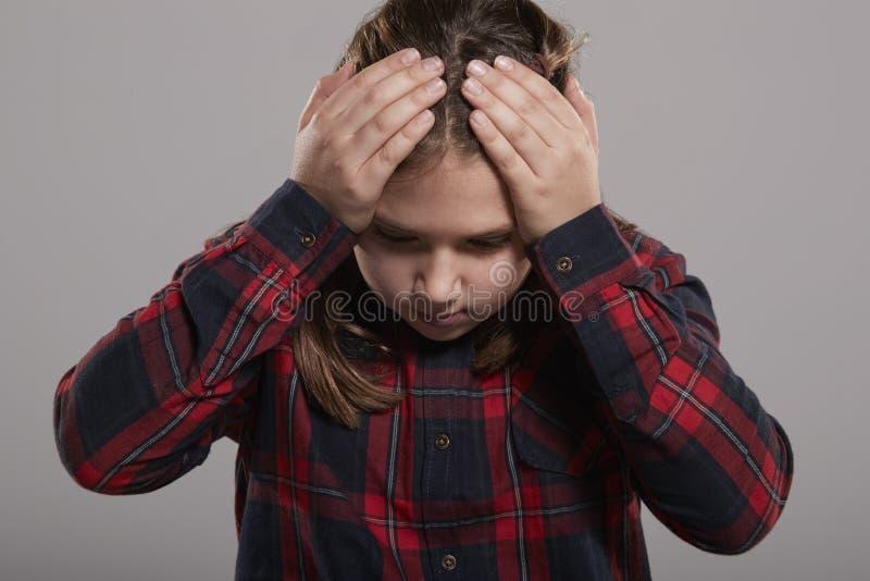 Hållande huvud för årig flicka tio i frustration, midja upp arkivbilder