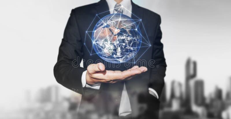 Hållande jordklot för affärsman med nätverksanslutning förestående Beståndsdelar av denna bild möbleras av NASA royaltyfri fotografi