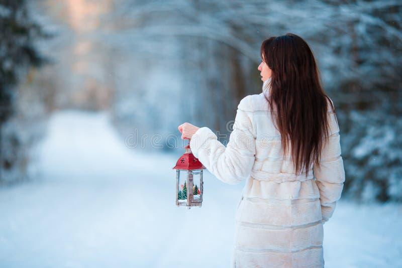 Hållande jullykta för flicka utomhus på härlig vintersnödag arkivbilder
