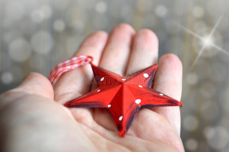 Hållande julstjärna för hand royaltyfri fotografi