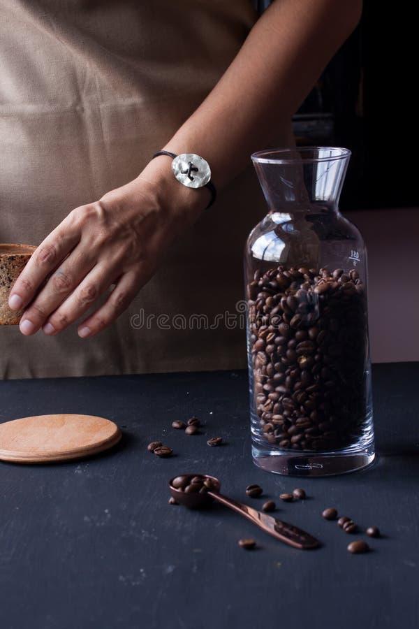 Hållande kaffekopp för hand royaltyfria bilder