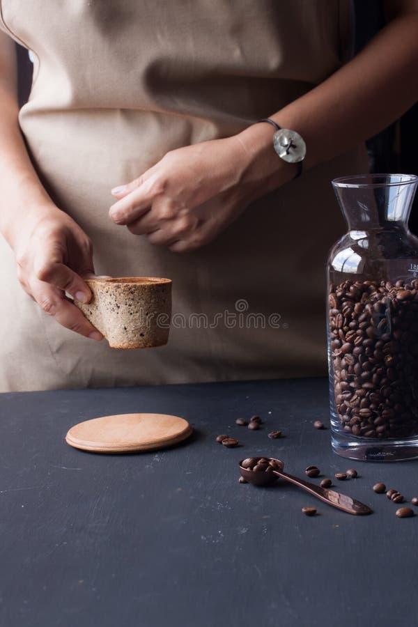 Hållande kaffekopp för hand royaltyfria foton