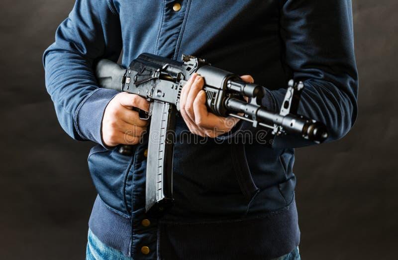 Hållande kalashnikovgevär för terrorist fotografering för bildbyråer