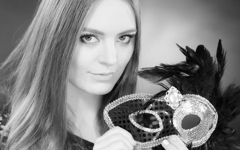 Hållande karnevalmaskering för sinnlig dam fotografering för bildbyråer
