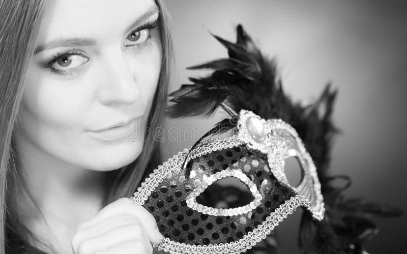 Hållande karnevalmaskering för sinnlig dam royaltyfria bilder