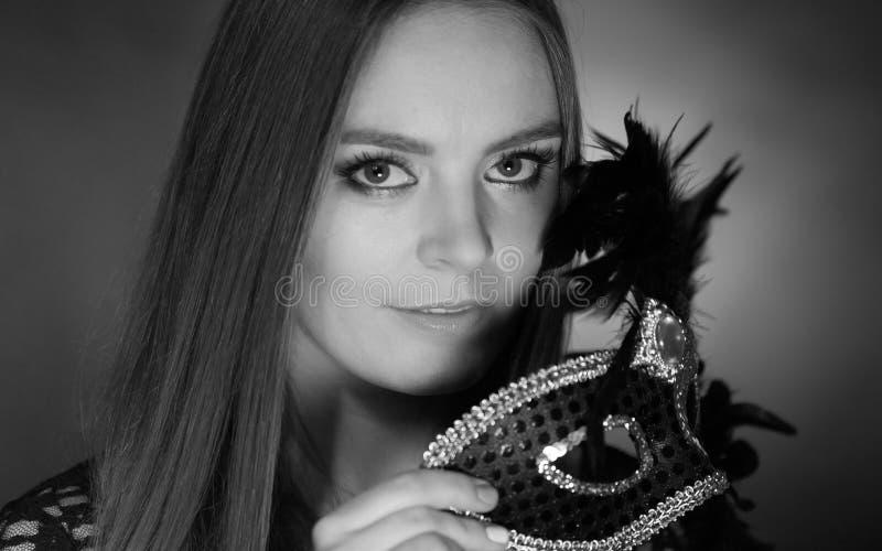 Hållande karnevalmaskering för sinnlig dam royaltyfri foto