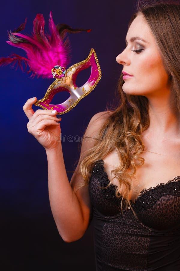 Hållande karnevalmaskering för sinnlig dam royaltyfri bild