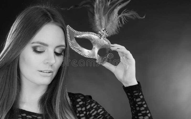 Hållande karnevalmaskering för sinnlig dam arkivfoto
