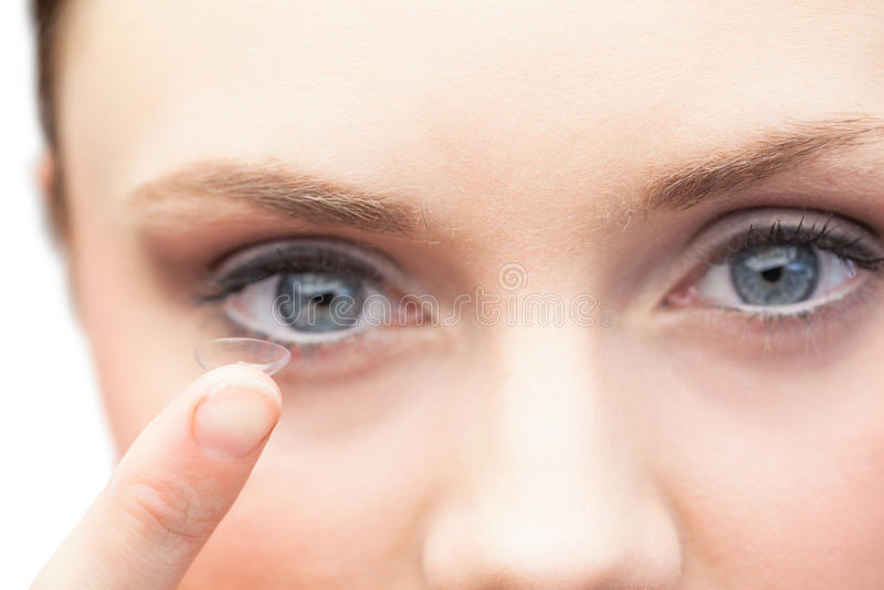 Hållande kontaktlins för nätt modell royaltyfria bilder