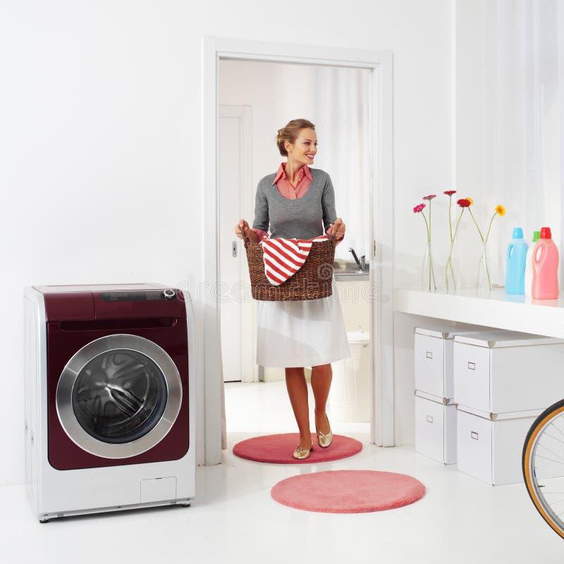Hållande korg av tvätterit arkivfoto