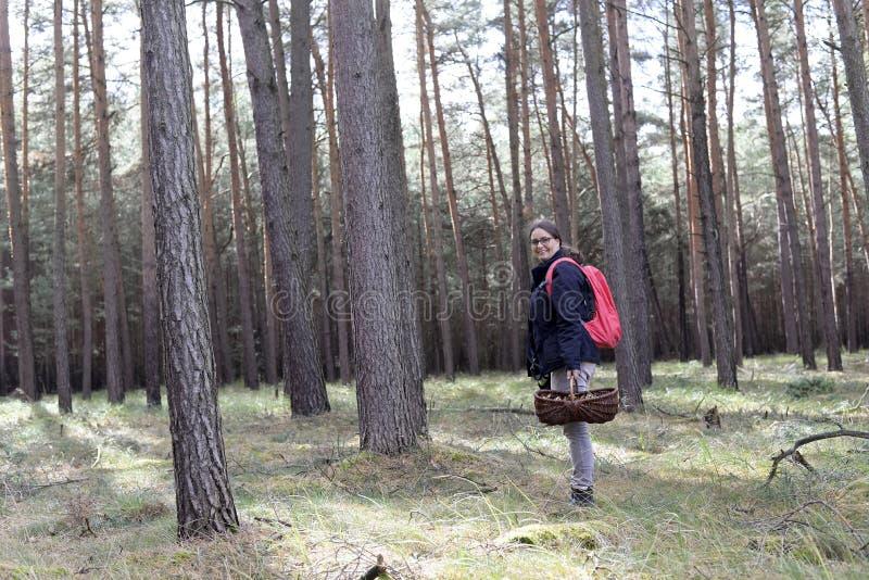 Hållande korg för kvinna med mushroomes royaltyfri foto