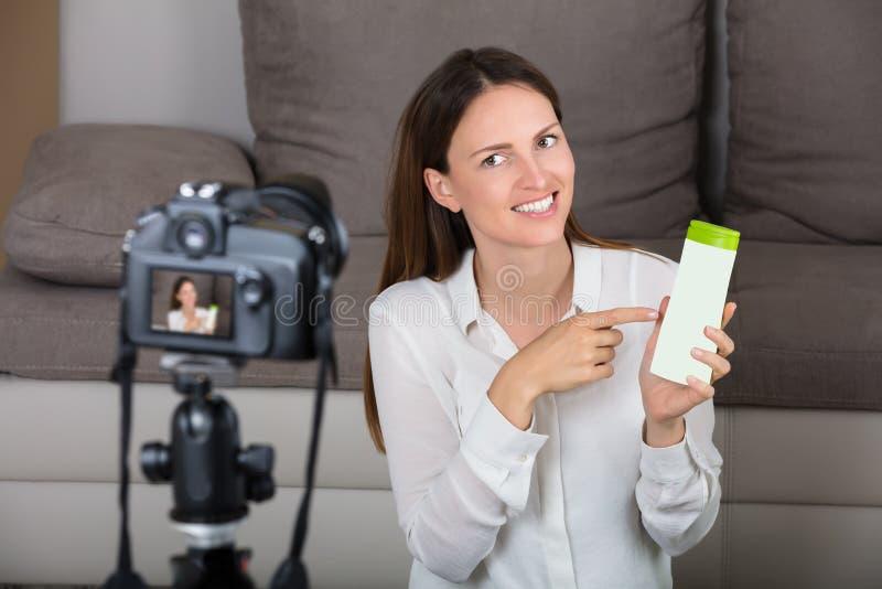 Hållande kosmetisk produkt för ung kvinna royaltyfri fotografi